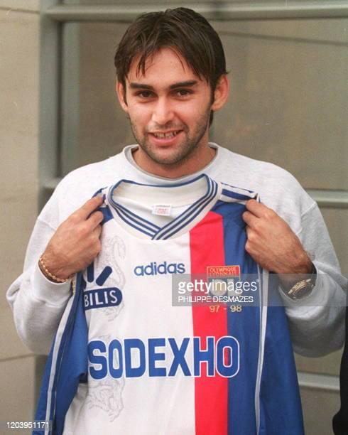 L'attaquant international français de Naples, Reynald Pedros, montre son nouveau maillot, le 05 novembre devant le siège du club à Lyon. Pedros a été...