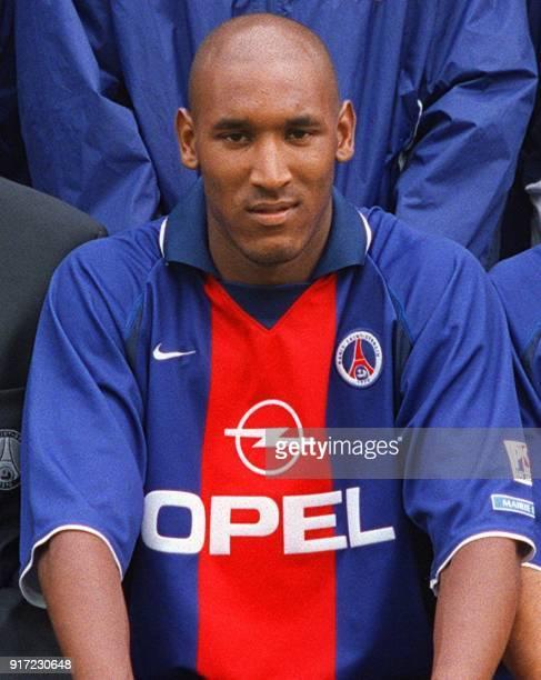 l'attaquant international Nicolas Anelka pose avec ses coéquipiers le 24 juillet 2000 au Parc des Princes à Paris lors de la présentation officielle...