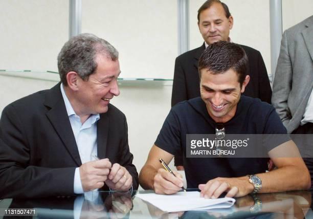 l'attaquant international portugais Pauleta au côté du président du PSG Francis Graille signe le contrat qui l'attache pour trois ans au club de...