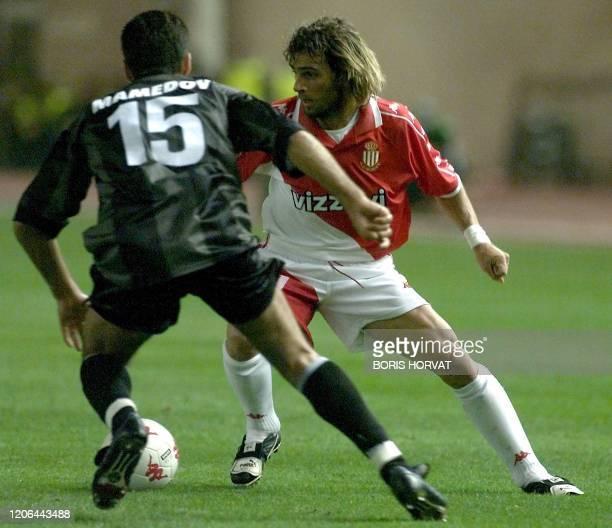 L'attaquant italien de l'AS Monaco Marco Simone dribble le défenseur du SK Sturm Graz Ramiz Mamedov , le 27 septembre 2000 au stade Louis II à...