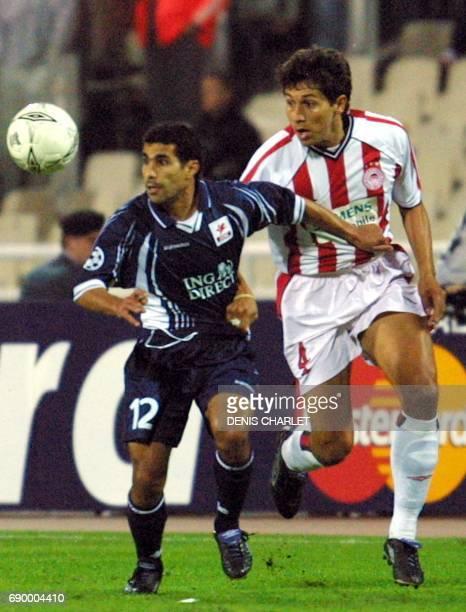 l'attaquant lillois Sala Bassir est à la lutte avec le défenseur athénien Bermudez le 17 octobre 2001 au Stade Olympique d'Athènes lors du match...