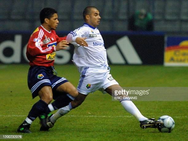 L'attaquant lillois Sylvain N'Diaye est aux prises avec le défenseur auxerrois Jean-Sébastien Jaures, le 20 janvier 2001 sur la pelouse du stade de...