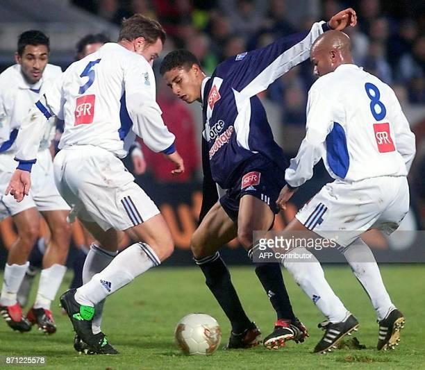 l'attaquant Marouane Chamakh tente de récupérer le ballon de ses adversaires grenoblois dont le défenseur Hervé Milazzo et le milieu de terrain...