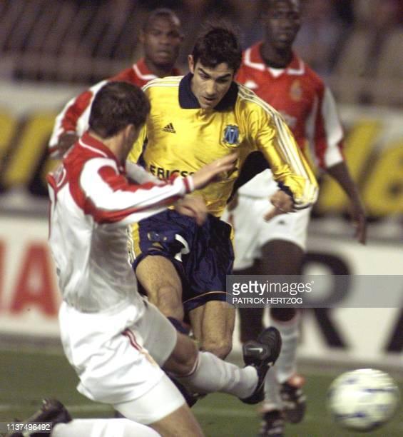l'attaquant marseillais Robert Pires inscrit le 1er but de son équipe malgré le tacle du défenseur monégasque Philippe Leonard le 24 novembre au...