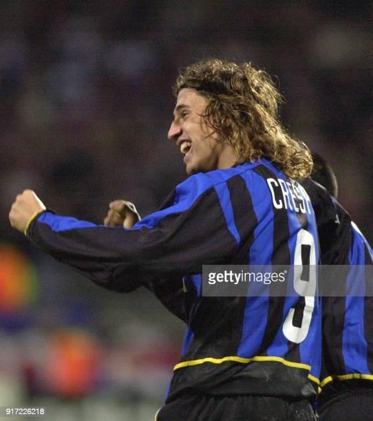 l'attaquant milanais Hernan Crespo jubile après avoir marqué son second but et la troisième pour l'équipe de Milan le 22 octobre 2002 au stade...