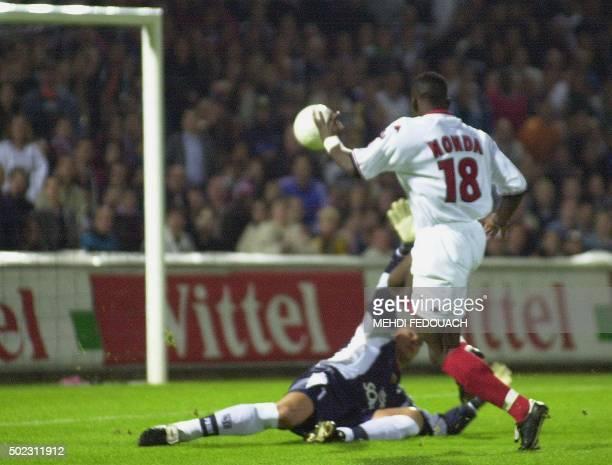 l'attaquant monégasque Shabani Nonda inscrit le but le 23 septembre 2000 au stade SaintSymphorien à Metz devant le gardien messin Montdragon Faryd...