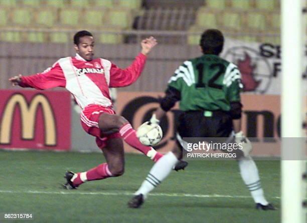 l'attaquant monégasque Thierry Henry tente de déborder le gardien de but lisboate Tiago le 26 novembre au stade Louis II à Monaco lors de la...