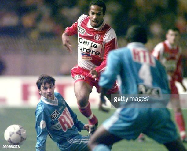 l'attaquant monégasque Thierry Henry tente de déborder les défenseurs marseillais Patrick Colleter et Cyril Domoraud le 28 février au stade Louis II...
