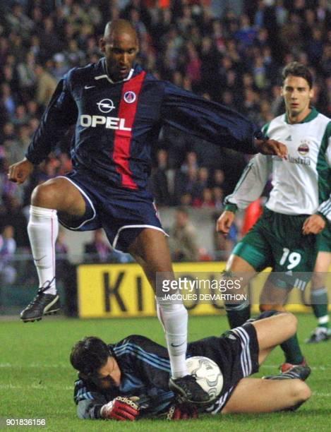 l'attaquant parisien Nicolas Anelka prend la balle au gardien viennois Payer pour marquer le troisième but de son équipe le 18 octobre 2001 au Parc...