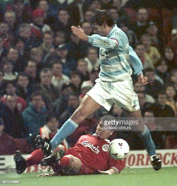 l'attaquant strasbourgeois Gérald Baticle est aux prises avec le défenseur anglais Bjornebye lors du match Liverpool/Strasbourg comptant pour les...