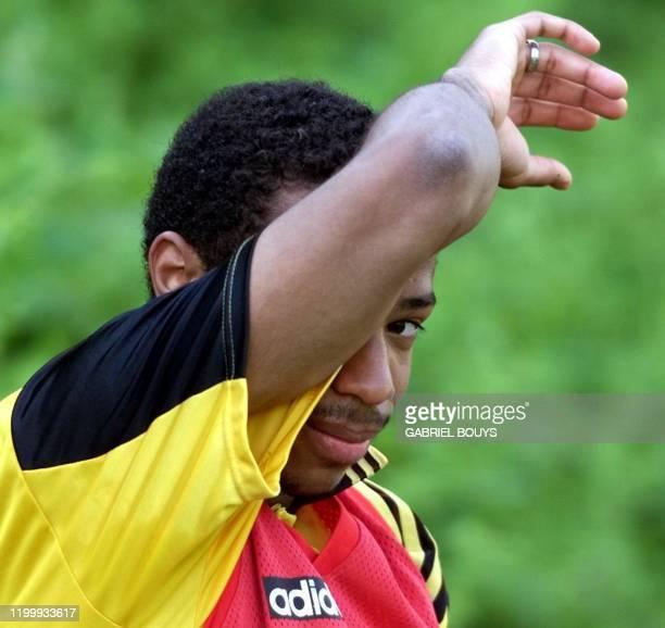 L'attaquant Thierry Henry s'éponge le front lors de l'entraînement, le 20 mai au Centre technique du Football de Clairefontaine, où l'équipe de...