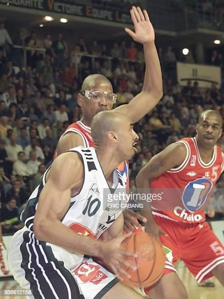 l'attaquant villeurbannais Shea Seals passe le 22 avril 2000 a Villeurbanne le défenseur chalonnais Maurice Beyna sous le regard d'André Owens lors...