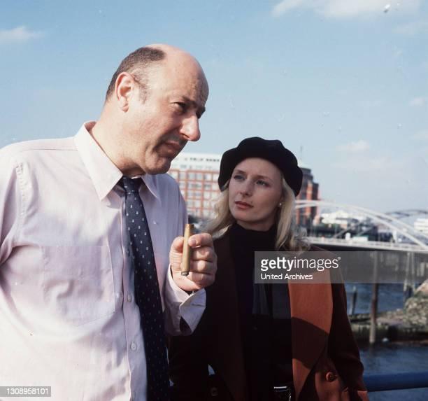 Lauf eines Todes / Kommissar Stoever erhält von Brandings Tochter Felicia wichtige Informationen ... / Überschrift: TATORT / BRD 1989, Deutschland.