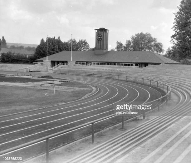 Laufbahn Terrassen und Hauptgebäude im ErnstAbbeStadion in Jena Undatiertes Foto vom Mai 1962 Bildautor unbekannt Foto FSUFotozentrum