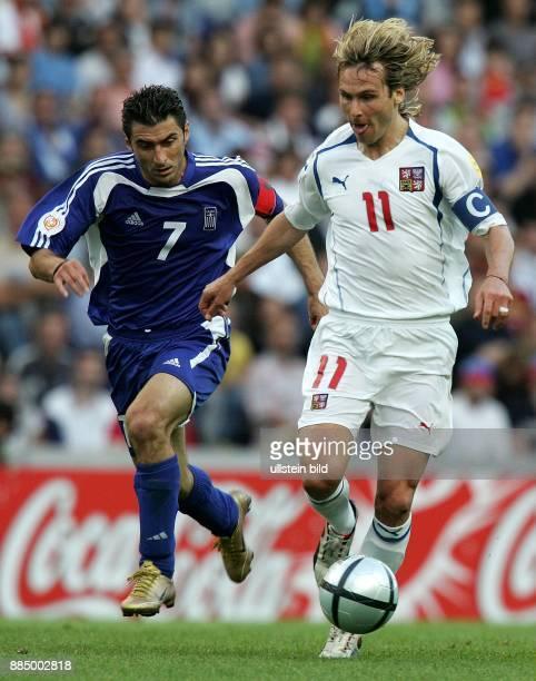 EURO 2004 Portugal Halbfinale in Porto Griechenland Tschechien 10 Laufduell um den Ball zwischen Theodoros Zagorakis und Pavel Nedved