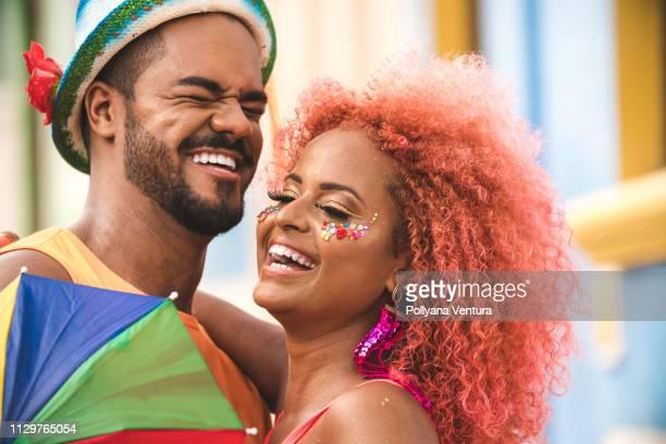 riant couple afro - carnaval photos et images de collection