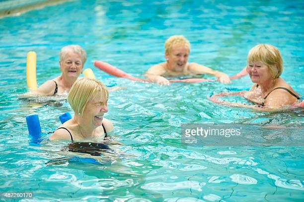 Lachen und Spaß senior Wasser-Aerobic