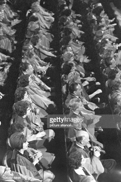 Laughing audience in the tv show 'Die Sonntagsrichter', on 27 January 1963, at a studio of Hessischer Rundunk in Frankfurt on the Main. In the show,...