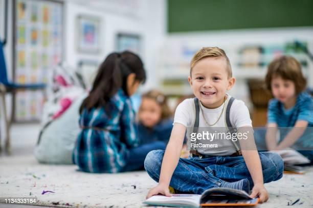 小学生の笑い少年 - 綴り ストックフォトと画像