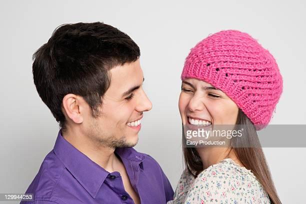 Rire couple embrassant