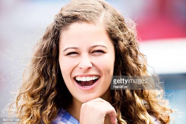 Lachen, gekräuseltes, schöne Mädchen auf defocussed Hintergründe
