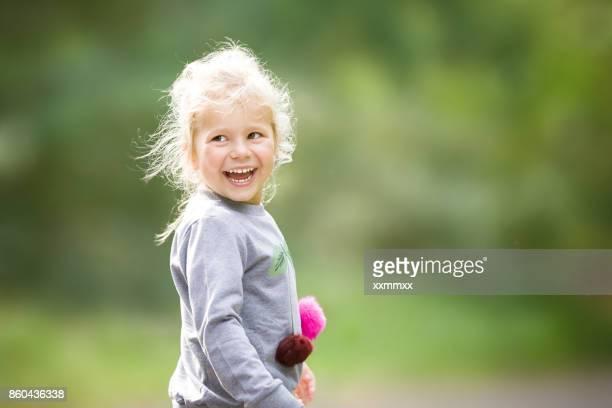 Niedliche kleine Mädchen Lachen in outdoor-Spaß
