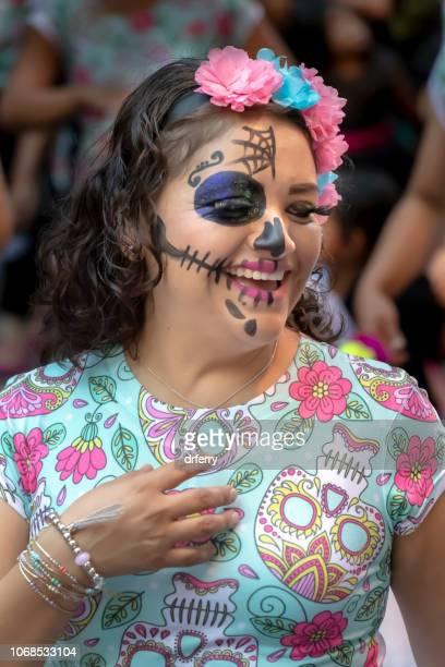 Fille en riant au Día de los Muertos Festival à Oaxaca