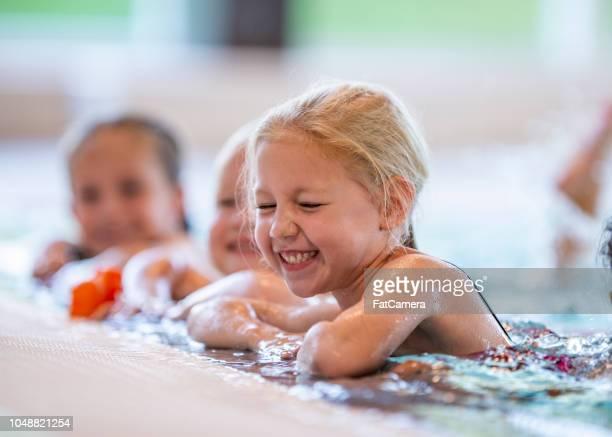 meisje in pool lachen - zwemmen stockfoto's en -beelden