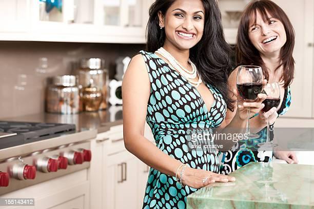 Rire des filles profiter de la fête du vin