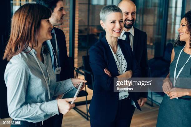 multi-etnisch team lachen - public celebratory event stockfoto's en -beelden