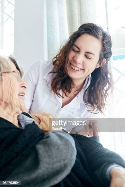 Lachende alte Frau und Schwester teilen einen Witz