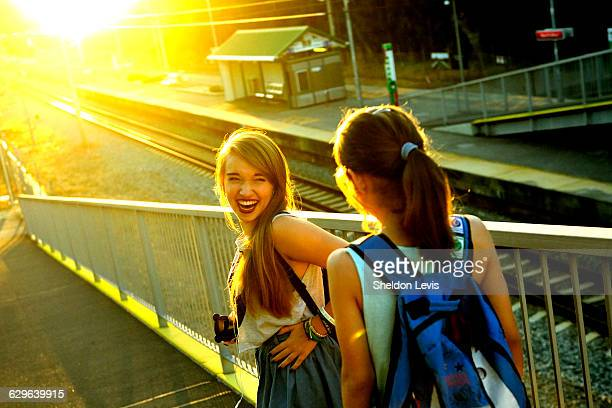 laughing teenage sisters - by sheldon levis photos et images de collection