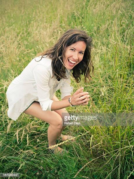 laughing woman in field - llanes fotografías e imágenes de stock