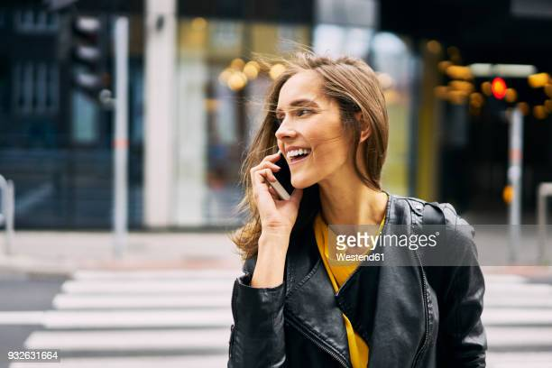 laughing woman on the phone - telefoon gebruiken stockfoto's en -beelden