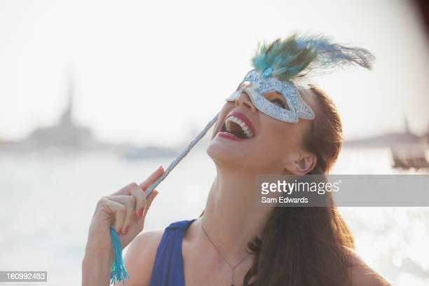 Ridere donna con maschera al lungomare di Venezia