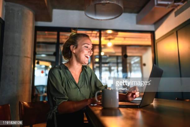 laughing young businesswoman video conferencing no laptop - coque cabelo para cima - fotografias e filmes do acervo