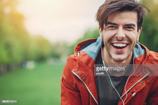 Jungen Mann mit Kopfhörern lachen