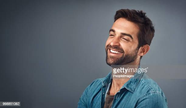 lachen fügt so viel in den tag - wegsehen stock-fotos und bilder