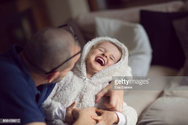laughter and affection between father and child - ungestellt stock-fotos und bilder