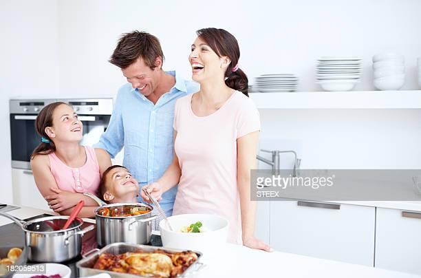 Rires et amour dans la cuisine