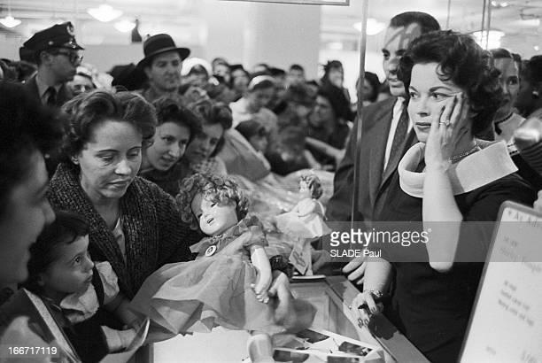 Launch Of The Shirley Temple Doll In The Presence Of The Actress 8 avril 1958 Lancement de la vente d'une poupée à l'effigie de l'actrice américaine...