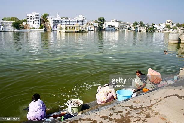 lavanderia à mão - margem do lago - fotografias e filmes do acervo