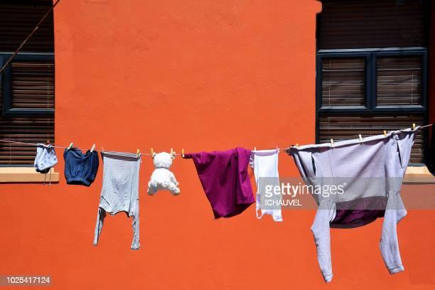 laundry day south africa - vestito arancione foto e immagini stock