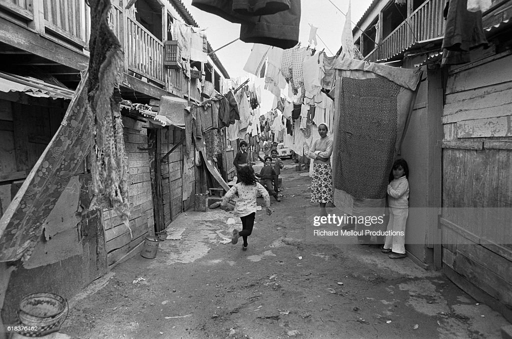 Laundry Hanging in Algerian Shantytown : Photo d'actualité