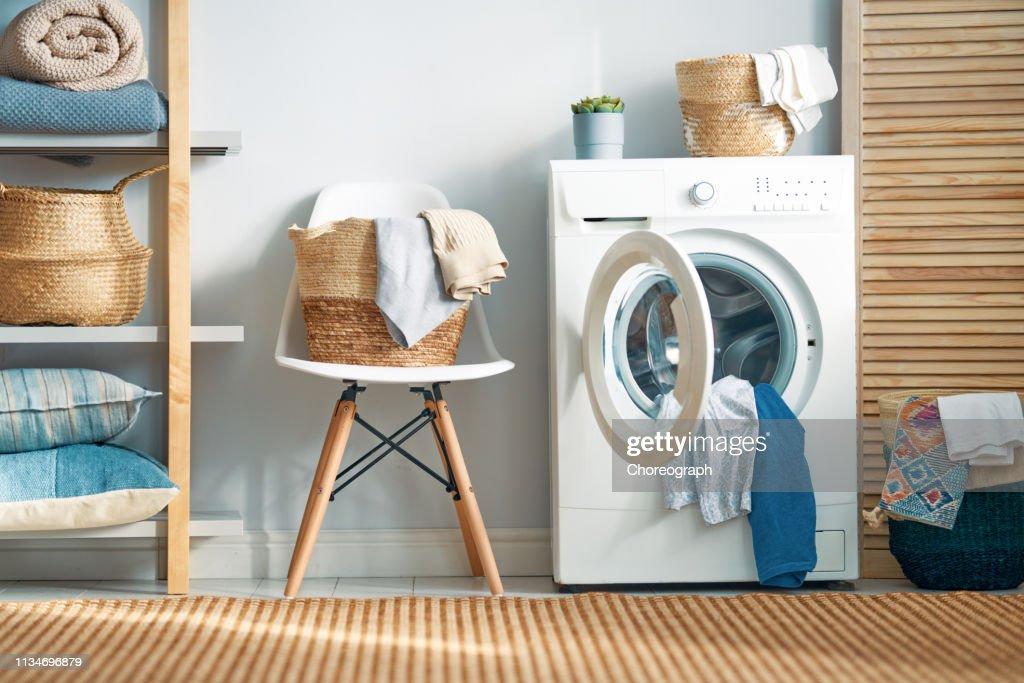 Waschraum mit Waschmaschine : Stock-Foto