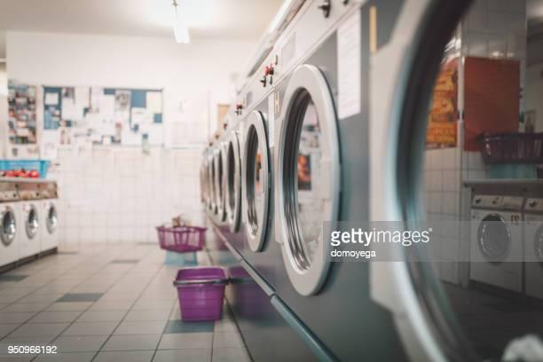 waschraum mit maschinen - waschsalon stock-fotos und bilder