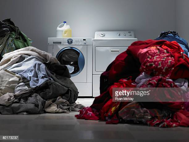 Lavanderia con Mucchi di ordinati vestiti