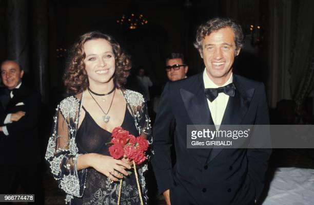 Laura Antonelli et Jean-Paul Belmondo lors du Festival de Cannes le 15 mai 1974, France.