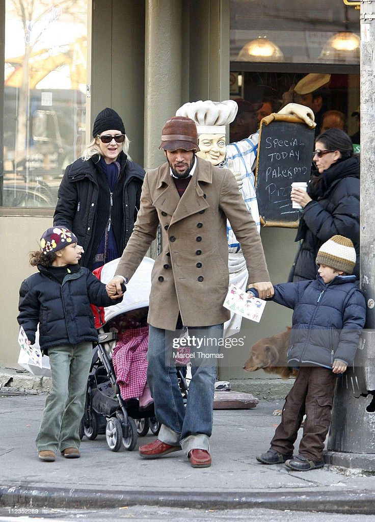 Laura Dern and Ben Harper with Family Sighting in SOHO - December 6, 2006 : News Photo