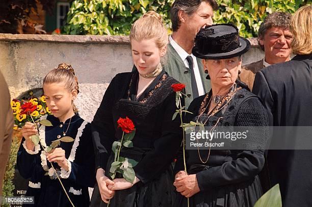 Laura Hinterseer Evamarie Salcher GünterWaidacher Ingrid Burkhard HansiHinterseer ARDHeimatfilmDa wo die Berge sind Kitzbühel sterreich Friedhof...